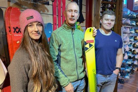 POPULÆRE SKI: Din Sport ved Sandra Mo, Arne Mo og Ola Markus Snopestad. Hjå dei er det randonee-ski som er mest selt.