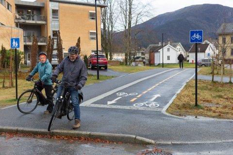 UNDERLEG: Mellom legesenteret og helsetunet finn vi ei merkeleg sykkelløysing. Ein fortauskant midt i sykkelvegen.