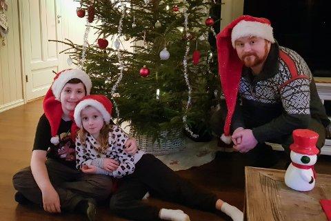 JULESTEMNIG: Om du vil ha ekte julestemning bør du ta deg ein tur innom huset til Per Inge Bruland og familien. Dei har nemleg hundrevis av julenissar, fire juletre inne og sju juletre ute.