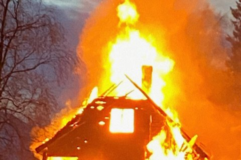 BRANNVESEN: Brannvesenet i Sunnfjord rykka ut 248 gonga i 2019. Berre 42 av dei var faktiske brannhendingar. Dette bildet er frå ei brannøving i Bygstad, 19. oktober.