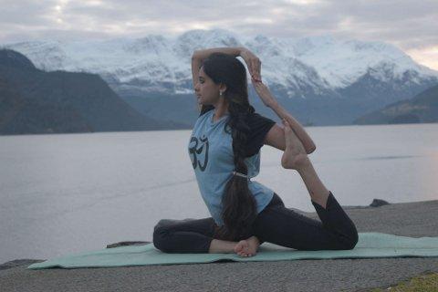 STARTAR OPP: Shree Lakshmy har drive med yoga i lang tid. No skal ho starte med yoga-timar i Naustdal etter nyttår.