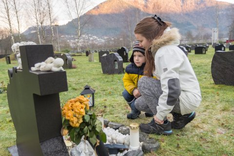 VED GRAVSTADEN: Andrea Engebø mista kjærasten sin dramatisk i førjulstida for fem år sidan. Her er ho med sonen deira Svein Ørjan.