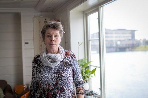 IKKJE UROA: Marit Navalsaker Bruland på Trapp Ned har gjort tiltak for å sikre saker av verdi, men ho trur ikkje på vatn i kjellaren i natt.