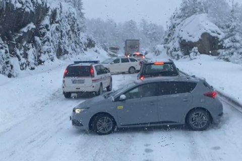 KAOS: Det blir meldt om svært glatt veg på rv. 5 i Sogndalsdalen. To vogntog fekk tysdag morgon store problem, og politiet har vore lenge på staden og dirigert trafikken.