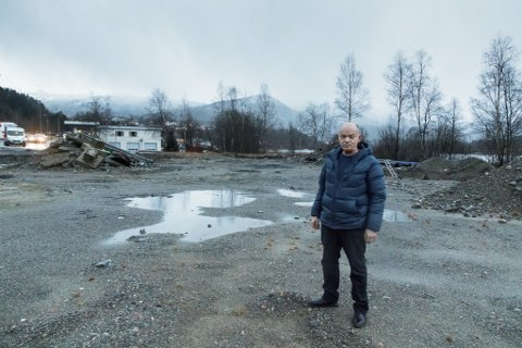 STRIDENS KJERNE: Rudi Fureli ønsker å bruke tomta i Sande sentrum til leilegheiter. No står tomta som eit grushol fram til nokon tar på seg jobben og kostnaden ved å fjerne giftstoffet PFOS frå øvre sjiktet av grunnen.