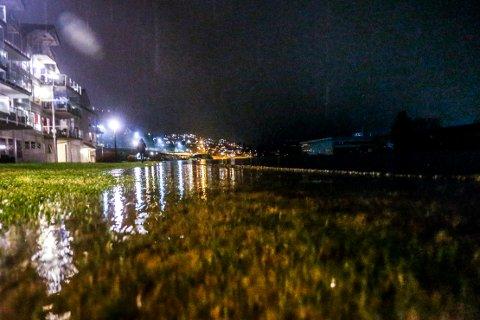 HALBRENDSØYRA: Natt til tysdag var det 1000-års stormflo. Fleire følgde med på om dei fekk besøk av vatnet i første etasje.