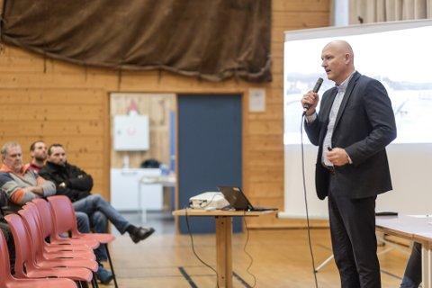 RAKK MØTET: Arve Varden, administrerande direktør i Helse Førde, på folkemøte på Atløy.