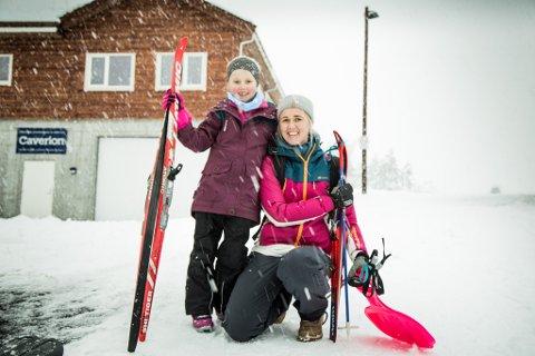 ENDELEG: – Det var både rart å gøy å gå på ski, seier 7-åringen Tiril som ikkje har hatt ski på beina på ei stund grunna den dårlege vinteren.Her med mor Renate Sæterbakken (39).