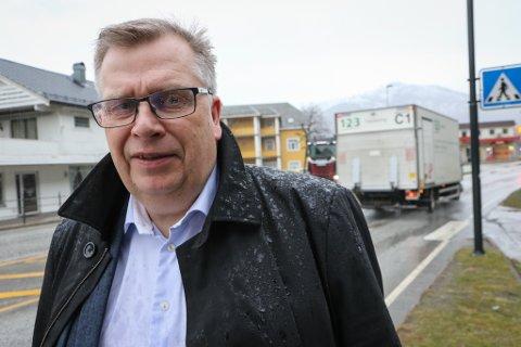 JOBB Å GJERE: E39 går i dag gjennom bustadfeltet i Halbrendslia og sentrum sør i Førde. – Det handlar om ein av dei verste flaskehalsane på stamvegen, seier Atle Hamar.
