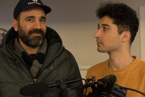 OPPTAK I SUNNFJORD: Filmstudent Sorosh Sadat, sjølv innvandrar, lagar dokumentarfilm om Jalal Ibrahimpour (t.v.).