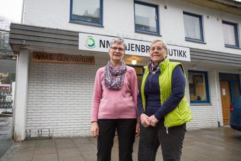 FRIVILLIGE: Oddun Bruland (t.v.) og Tordis Øygard jobbar frivilleg på NMS Gjenbruk. Dei set pris på at folk leverer ting, men ber alle om å komme inn i butikken med leveransen.