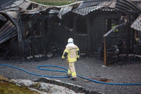 MISTA ALT: To familiar mista heimen sin i brannen natt til laurdag. No har kommunen skaffe husvære til begge familiane om dei ønsker det.