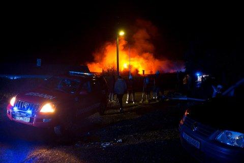 OVERTENT: Tomannsbustaden i Lyngvegen i Florø var ikkje mogleg å berge då flammane tok overhand natt til laurdag.