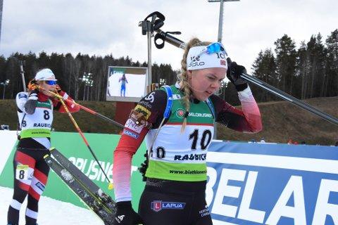 SKUFFA: Karoline Erdal tok skia og ønskte å komme segfortast mulig vekk etter laurdagens sprint. Ho var skuffa over at kroppen ikkje var med på ein dag der ho leverte prikkfri skyting.