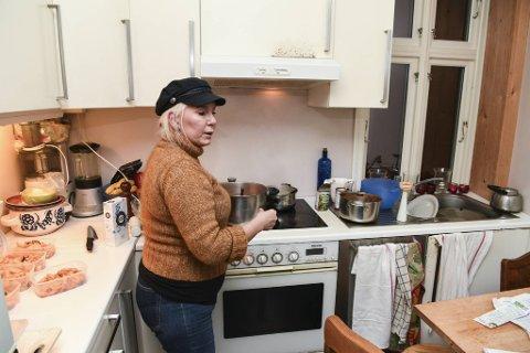 BILLIG MAT: May Rita Brosvik Kyrkjeøy (54) lagar mat i store porsjoner, som også blir frukost, eller med borna på skulen. – Eg førebur mat slik som fitnessutøvere som «foodpreppar», seier firebarnsmora.