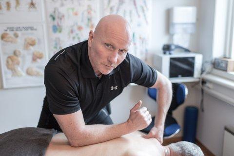 DYRARE: No vert det dyrare for massasjebehandling. – Dette er katastrofe, seier massør Flosi Sigurdsson som har klinikk i Førde.