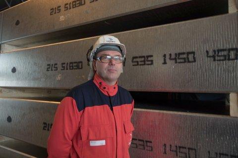 PÅ PLASS: Arne Martin Kjærland hadde sin første arbeidsdag som sjef på Hydro i Høyanger måndag.