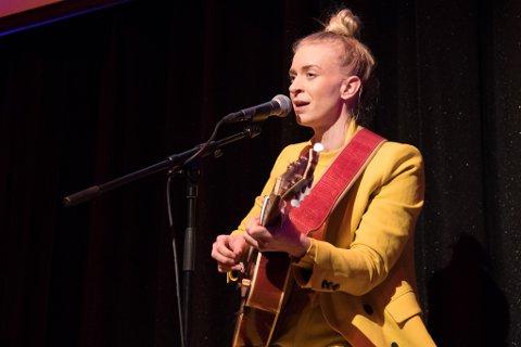 KUNSTNARSTIPEND: Musikaren Thea Hjelmeland er ein av 17 kunstnarar som har fått tildelt kunstnarstipend av Vestland fylkeskommune. Arkivfoto.