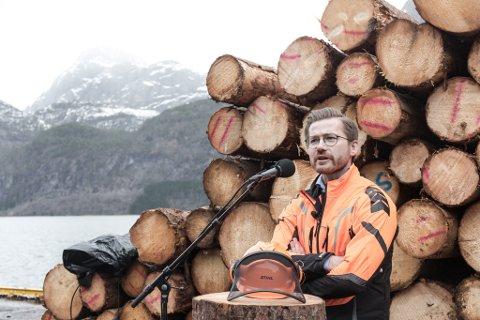 STILLER: Sveinung Rotevatn stiller som leiarkandidat i Venstre. Her under opninga av den nye tømmerkaia på Kvame ved Dale i Sunnfjord.