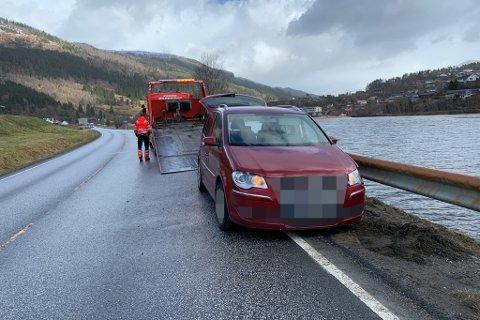 I AUTOVERNET: Ein personbil køyrde onsdag inn i autovernet på rv. 5 i Naustdal.