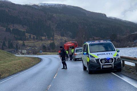 DIRIGERING: Politiet dirigerte trafikken forbi ulykkesstaden.