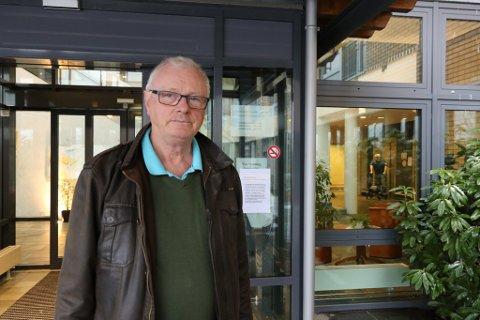 RETT INN: Svært få ser den vesle plakaten til høgre for inngangsdøra, og går rett til avdelinga utan å vaske hendene. - Her må kommunen gjere grep omgåande, seier Tore Storkås. Han besøker si 97 år gamle mor kvar dag.