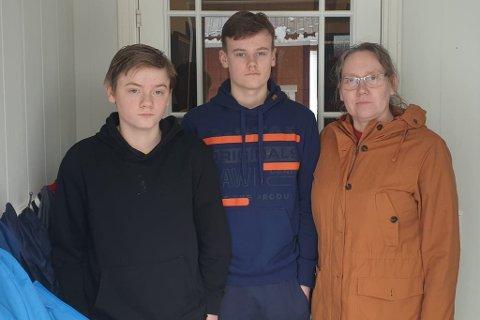 HEIME: Til venstre:  Lars Olav Røyrvik (14) og Bjørn André Røyrvik (16) blir heime frå skulen til mor Anne Berit Selle meiner det er trygt nok at dei kjem tilbake.