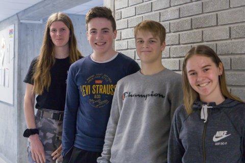 GJENGEN: Desse underviste lærarar, føresette og andre elevar om sosiale medium. I front Anna Klævold Kjempenes, Johannes Gjerland, Jonathan Flatjord Erle og bakerst Ingrid Norddal.