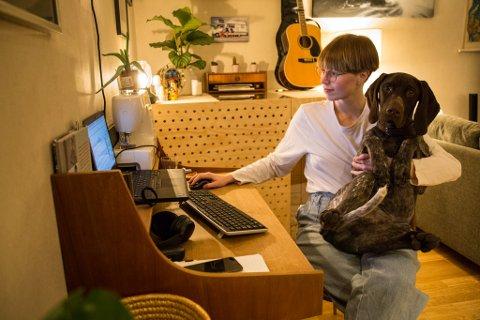 GODT NØGD HUND: Hunden Trygve er veldig godt nøgd med at Tonje Noreng Trøen (27) jobbar heimanfrå.