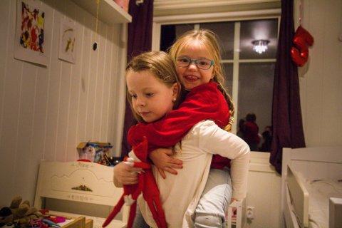 DAGAR I HEIMEN: Malene (5) og storesøstera Julie (6) må vere heime på ubestemt tid.