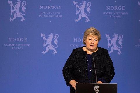 MÅ HALDE FRAM MED TILTAK: Statsminister Erna Solberg held pressekonferanse i dag, tysdag 24. mars.
