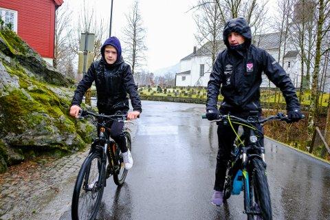 Når trøsykkelen får draghjelp av ein elektrisk motor er det ikkje så gale å sykle sjølv i tropeliknande regnbyer ein hustrig dag i mars. Det meiner Edvin Dvergsdal Brattreit (15) og Teodor Haaland Fureli (15).