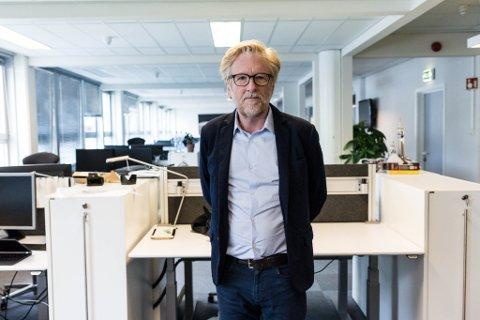 STILLE: Redaktør Kai Aage Pedersen i tomt kontorlokale på Øyrane. No jobbar alle heimefrå, og det er merkeleg stille og tomt i redaksjonslokala.