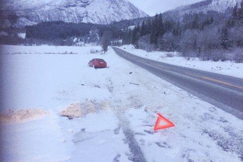UTFOR: To bilar snurra på glatta ved Sande i morgontimane måndag. Denne bilen kom av vegen i Årbergsdalen.