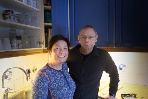OPPUSSING: Kari Sunde Kvile og Inge Brigt Kvile har pussa opp kjøkkenet sitt og dei gamle frontane frå 90-talet har fått ny farge.