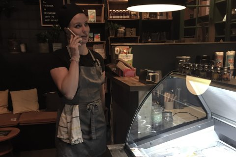 SATSAR: Dagleg leiar på Lauget Kaffi og Kultur, Charlotte Eikeset Mundal, utvida i helga kafeen med ein isbar saman søstra Marièl Eikeset Koren. No har telefon («Laugofonen») og sosiale media blitt viktige verkty for å prøve å berge kafeen i grimme koronatider.