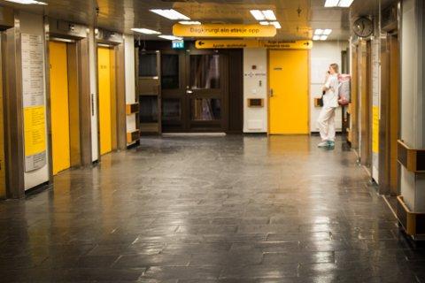 LÅGE TAL: Berre ein liten del av befolkninga har vore smitta av koronaviruset så langt. Bildet er frå sentralsjukehuset i Førde.
