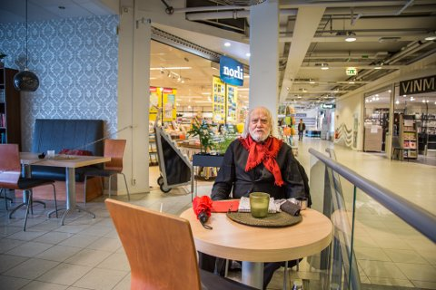 FAST GJEST: Oddvar Torsheim (81) er den einaste på kafeen under koronakrisa. – Eg er eit vanedyr.