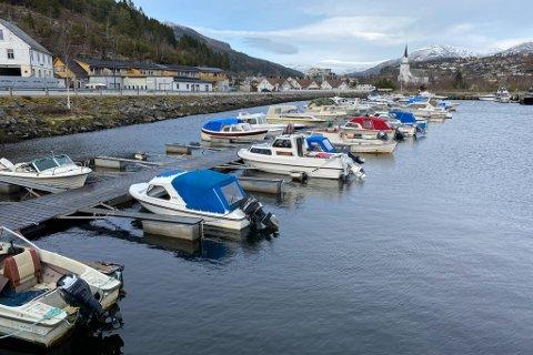 TENKER NYTT: Naustdal båtlag vil legge flytebryggene langs vegen til venstre i bildet. På den måten kan dei kanskje få mange fleire plassar.