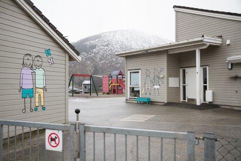 FØRE VAR: Frå tysdag skal ungane i Viebøen barnehage i Førde bli henta og levert utandørs.
