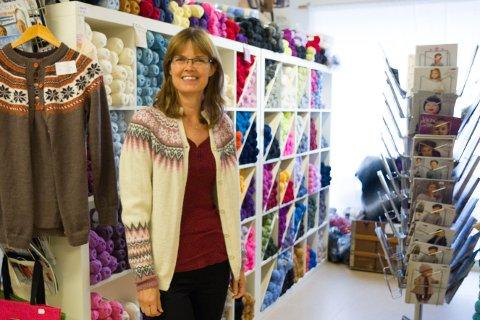 STRIKKAR SOM ALDRI FØR: Sari Koskinen på sybutikken Sting for Sting får inn kundar som vil lære seg å strikke no.