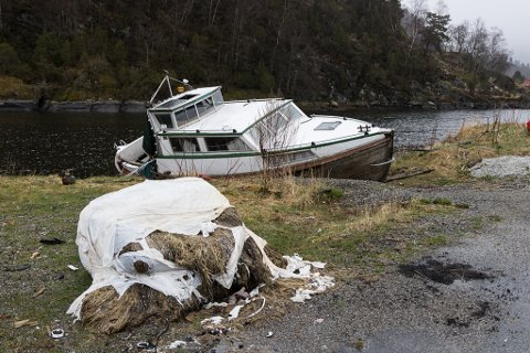 LITE PENT SYN: Denne båten har blitt eit irritasjonsmoment for fleire, og no kan den gi kommunen kostnader for å fjerne den. Eigaren har så langt ikkje teke ansvar.