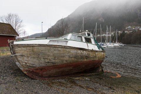 HAR BLITT PINNEVED: Båten som vart redda av brannvesenet i 2019 og slept i land ved båthamna i Førde, er endeleg fjerna for godt. Dette bildet vart teke i april 2020.