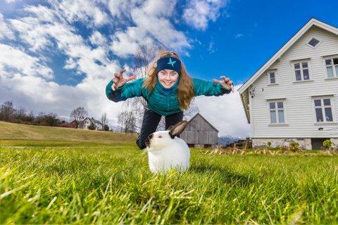 UTFORDRING: Før påske var eine utfordringa å ta bilde av seg sjølv med ein påskehare eller ei kanin. Her er Hedda med ein kreativ vri.