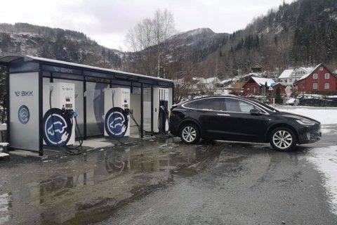NY LADESTASJON: I starten av april fekk Dale ny ladestasjon for el-bilar. Det er stor stas.