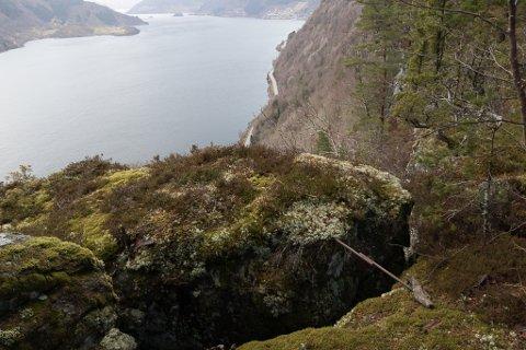 UTVIDAR SEG: Sprekka på toppen av Lausenova har utvida seg med fire millimeter på 24 år. Nok til at Statens vegvesen tek opp att målingane. Riksveg 5 og nokre av bustadfelta i Naustdal til høgre i bildet.