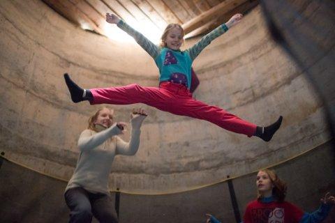 SPLITTHOP I SILOEN: Der det før var gras, er det no gledeshyl. Siloen til Nora Taule Leikanger (9) og søskena hennar har blitt til eit trampolinerom.