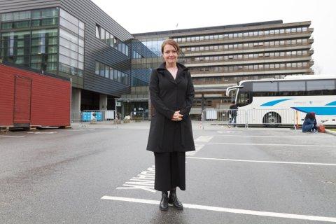 NYE RUTINAR: Fagdirektør Trine Hunskår Vingsnes i Helse Førde seier det kom nye retningslinjer frå FHI denne veka, som går på at ein skal teste ved oppstart og to dagar etter.