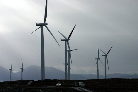 FRITT FRAM: Det vert fritt fram for aktørar som berre er ute etter kortsiktige gevinstar, og vi ser dette sørgelege faktumet i vindkraftutbygginga i landet, skriv artikkelforfattaren. Bildet er frå vindmølleparken på Smøla.