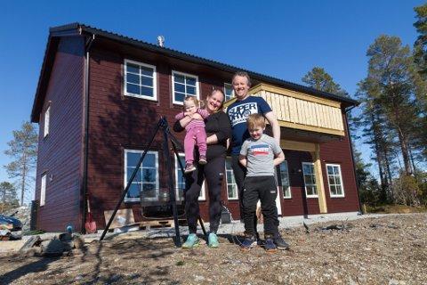 FLYTTAR INN HER: Kjetil Haugland (39), Siri Helene Olsen Haugland (41) og borna Odin Olsen Haugland (6) og Kristin Synnøve Olsen Haugland (1,5) flyttar snart inn i nytt hus på Digernes.